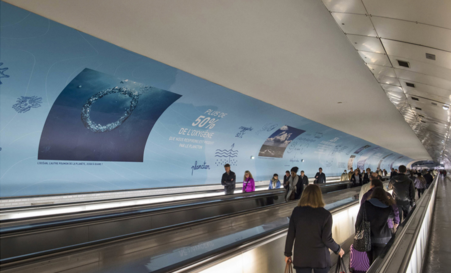 Des voyageurs contemplant la fresque