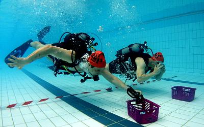 Une épreuve de plongée sportive en piscine. © Luc Fischer