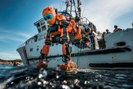 Mercredi 13 avril 2016. Après sa première plongée sur l'épave de la Lune, vaisseau amiral de Louis XIV perdu le 6 novembre 1664 au large de Toulon, le robot humanoïde Ocean One est remonté à bord du navire de recherche André Malraux. © Osada/Seguin/Drassm