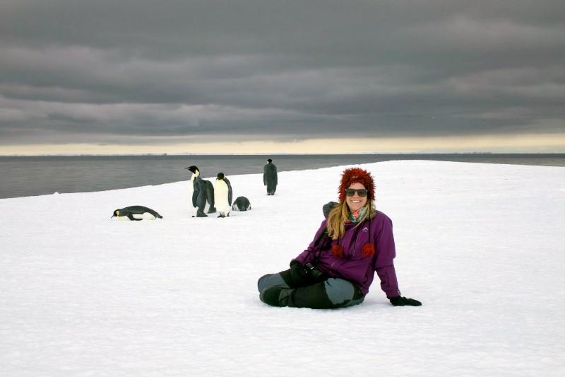 Sandy avec un groupe de manchots royaux en Antarctique. © Alexandra Sorgenicht