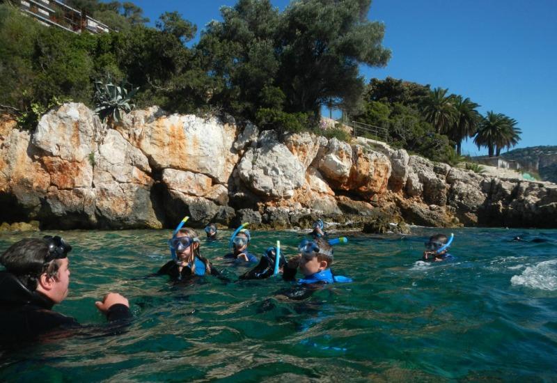 Dernières explications avec le guide avant de partir à la découverte des fond marins de Villefranche-sur-Mer © CDMM