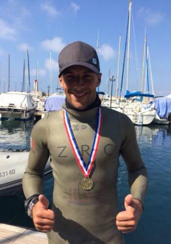 Stéphane Tourreau médaille d'or en apnée poid constant monopalme ©Emma Dulac