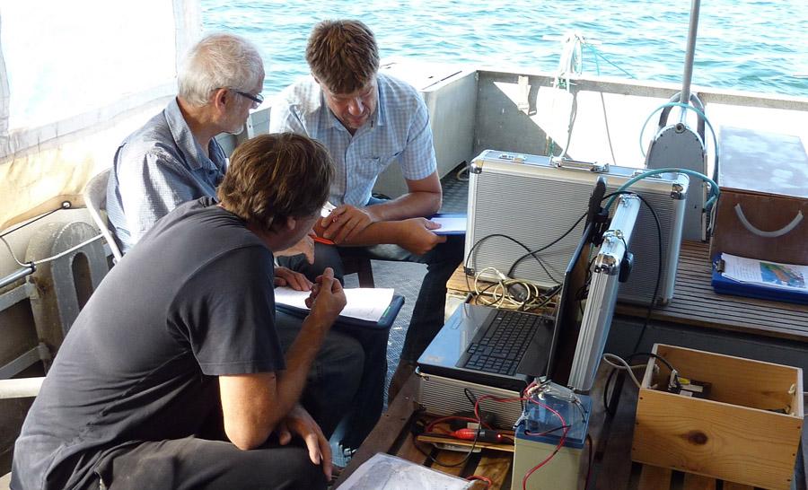 Les scientifiques (Bernar Splinglart, Hervé Lorin et Hervé przyszczykowski analysent les données envoyées par la sonde du magnétomètre © Bruno Pruvost