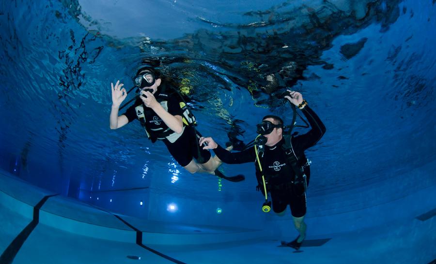 Heureuse baptisée accompagnée de son instructeur dans l'eau de Molitor © Sylvie Lagarde