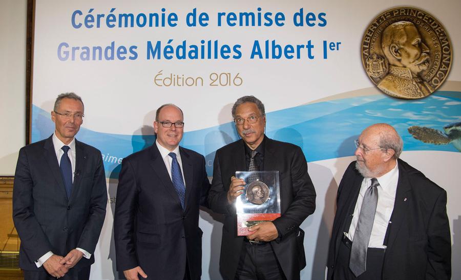 Daniel Pauly recevant la médaille Albert 1er de l'institut océanographique des mains de Son Altesse Sérénissime Le Prince Albert II de Monaco ©