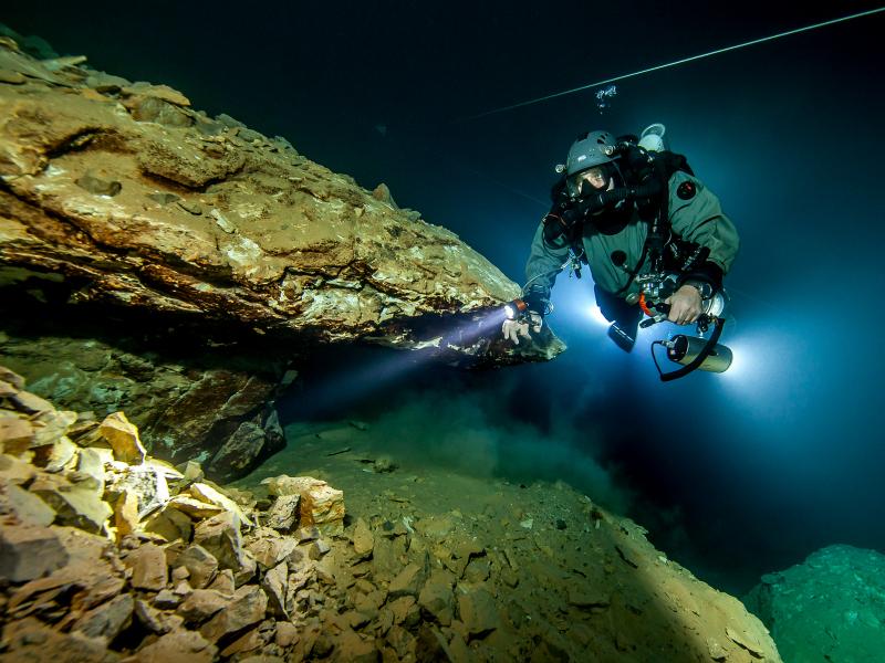 Exploration de la grotte Molnár János qui peut atteindre les 98 mètres de profondeur ©Tobias Friedrich