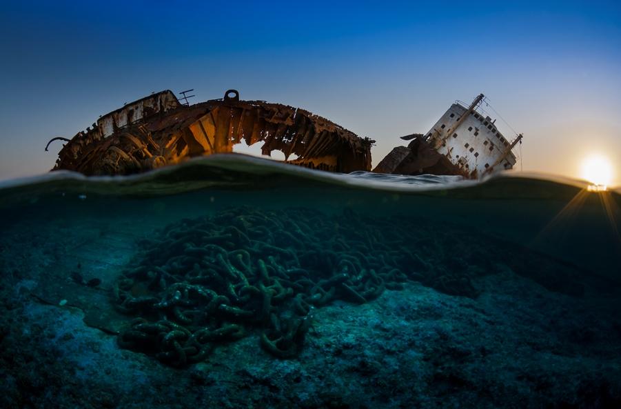 1er catégorie épaves : Csaba Tokolyi de Hongrie avec 'The wreck of the Louilla at sunset' © Csaba Tokolyi/UPY2017