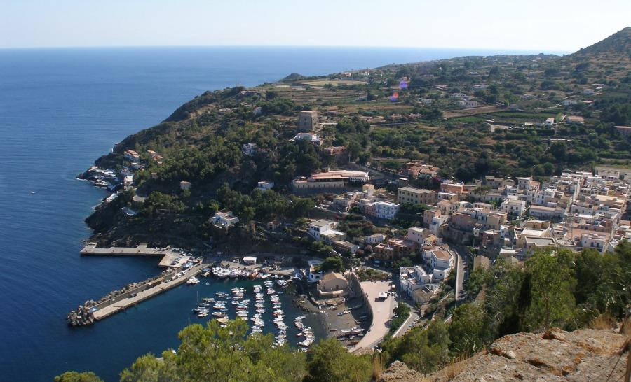 L'unique village et port de l'île d'Ustica ©Profondo Blu