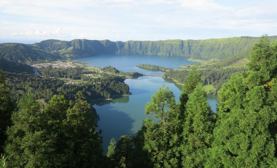 Vue du volcan Sete Cidades et de l'un de ses lacs ©Turismo Açores
