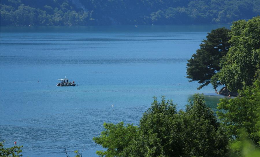 Situé à 130 mètres de la rive, au coeur du lac du Bourget, le chantier de remontée de la pirogue aura duré 10 jours. ©Département Savoie - C. Cude