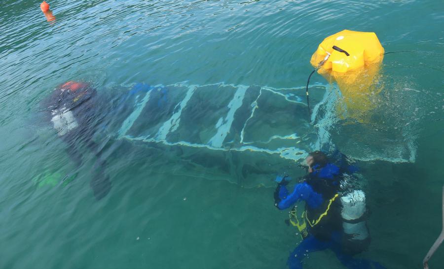 Remontée de la pirogue à la surface par les plongeurs de la DRASSM ©Département Savoie - C. Cudel