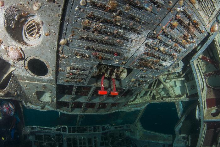 Le cockpit, inaccessible au public dans les airs, dévoile tous ses secrets sous l'eau. © Pascal Sturm