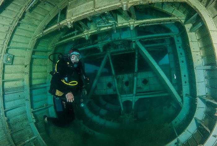 L'envers du décor : les plongeurs peuvent accéder à la soute de l'avion et découvrir le fuselage de l'appareil sous le plancher de la cabine. © Pascal Sturm