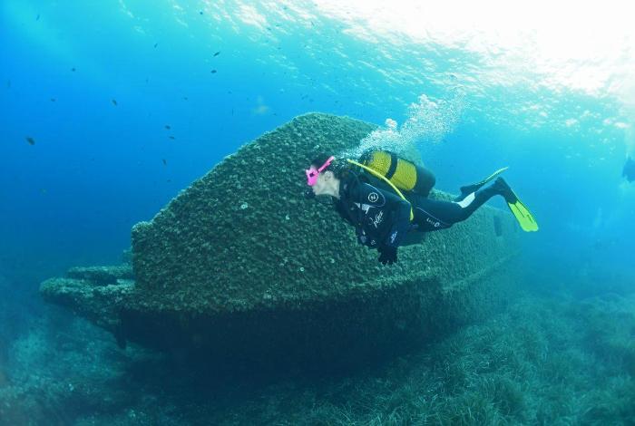 La coque en béton armé ne semble pas subir les affres du temps passé sous l'eau. © Nicolas Barraqué