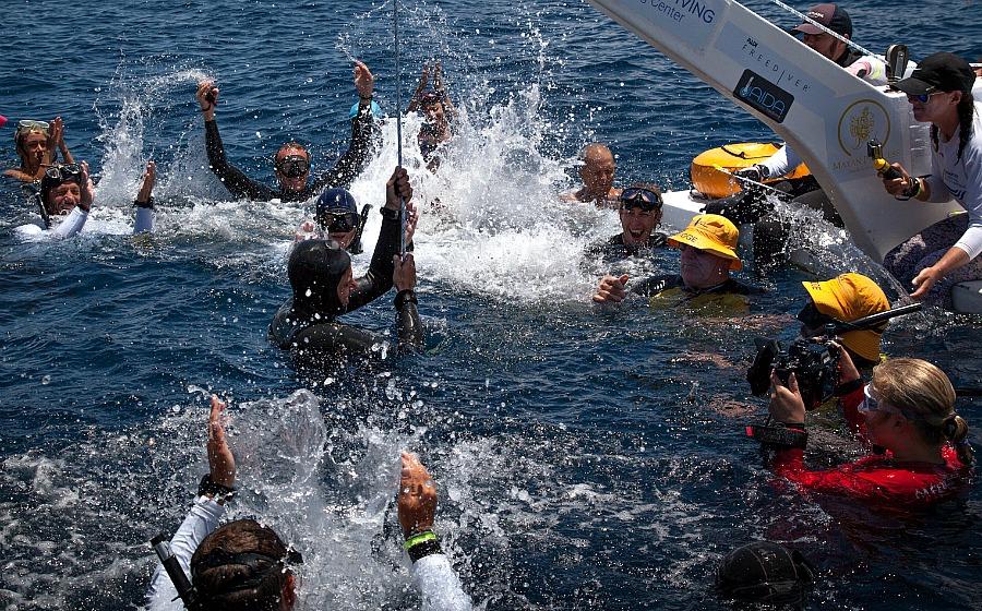 Thibault Guignes soutenu par l'équipe suite à sa plongée réussie à 85 mètres en bi palmes. © Rémy Dubern / Blue Addiction