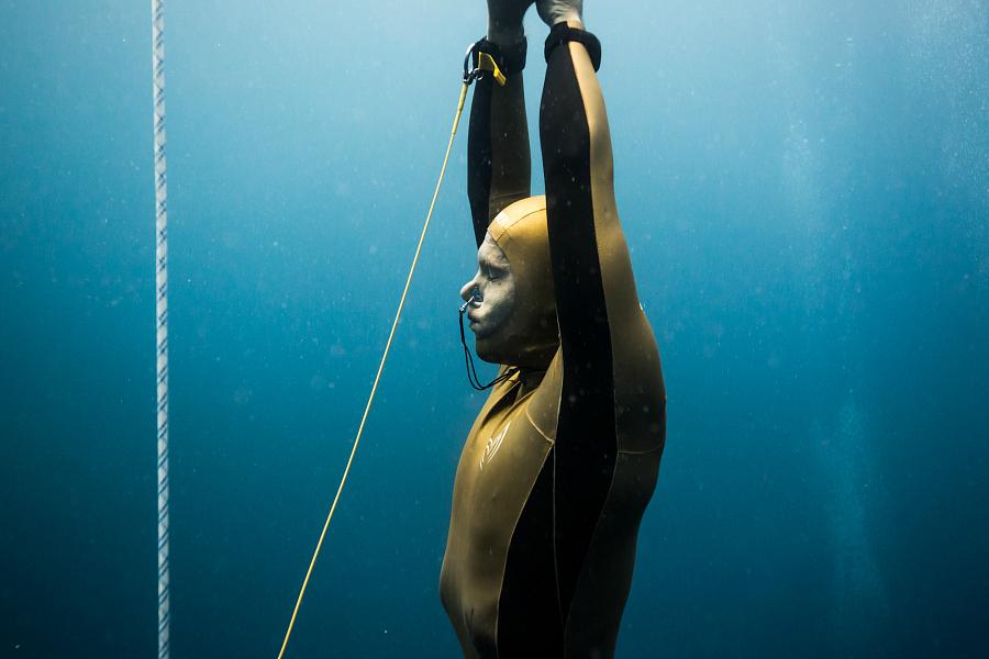 Alexei Molchanof remontant de sa plongée en poids constant. © Alex St.-Jean.