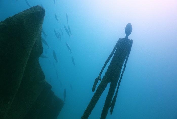Les sculptures longilignes de l'artiste française Val dans les eaux de Koh Tao ©Elisabeth Lauwerys Oceanbelow