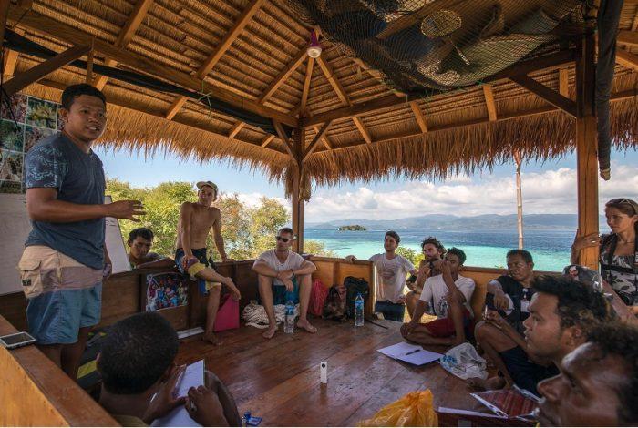 Sur place les volontaires sont encadrés par des membres de l'association et des locaux impliqués dans les missions © Coral Guardian