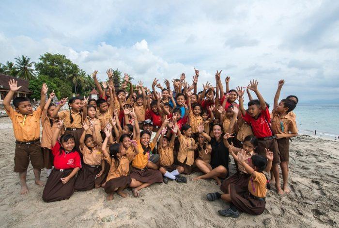 Durant leur semaine en Indonésie les volontaires partagent leur expérience avec les enfants des écoles de la région © Coral Guardian