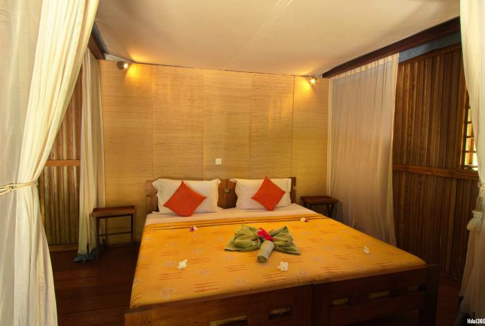 Chambre double au Natura Lodge ©Hdoi360