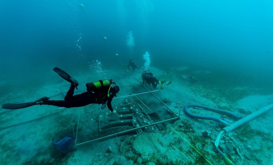 Les sondages 3 et 4 avec quelques plongeurs au travail sur l'épave de l'Anémone © Olivier Bianchimani AAPA-AIHP GEODE-Septentrion