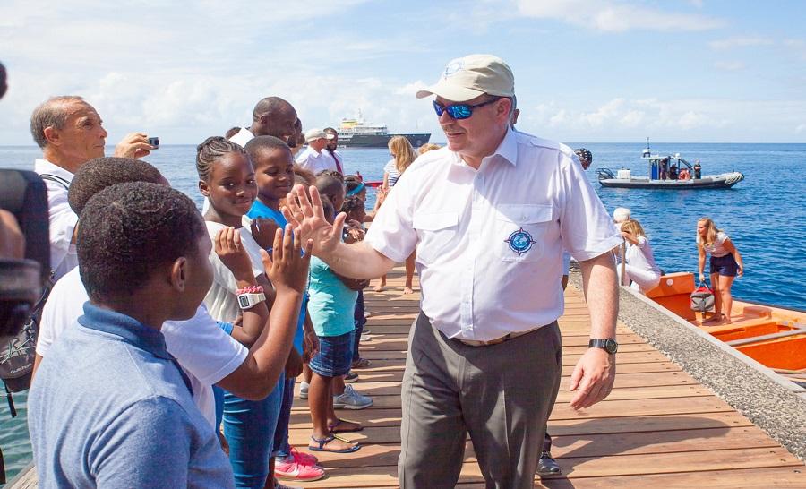 Arrivés à bord du Yersin (en arrière plan), le Prince Albert II et la famille d'Albert Falco ont été accueillis par le maire du Prêcheur ainsi qu'un groupe d'enfant avant la cérémonie d'inauguration de la réserve. © Collectivité Territoriale de Martinique (CTM)