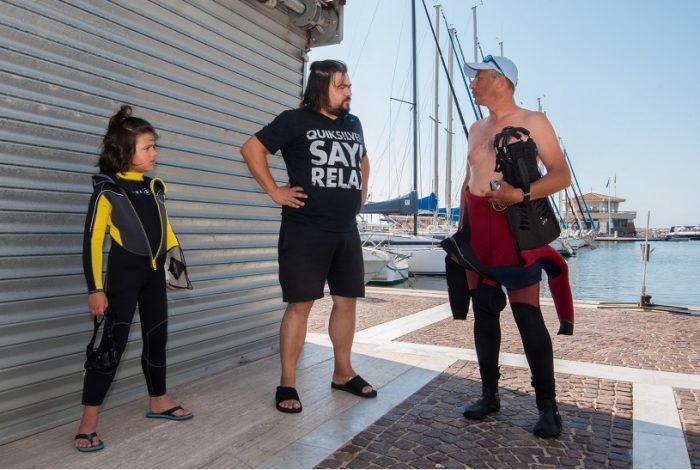 Avant le départ en mer, il faut tester le matériel et enfiler la combinaison. Une grande première pour le jeune plongeur. ©Dominique Barray