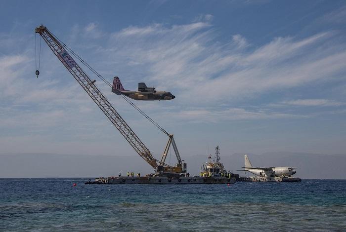 Avant l'immersion de l'avion, un autre C130 l'a survolé pour lui rendre hommage. © Dominique Barray