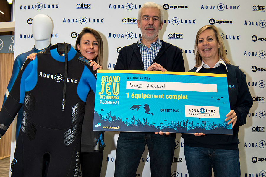 Grand Jeu des Abonnés : remise du lot offert par Aqua Lung à Hervé Raillon. © Dominique Barray.
