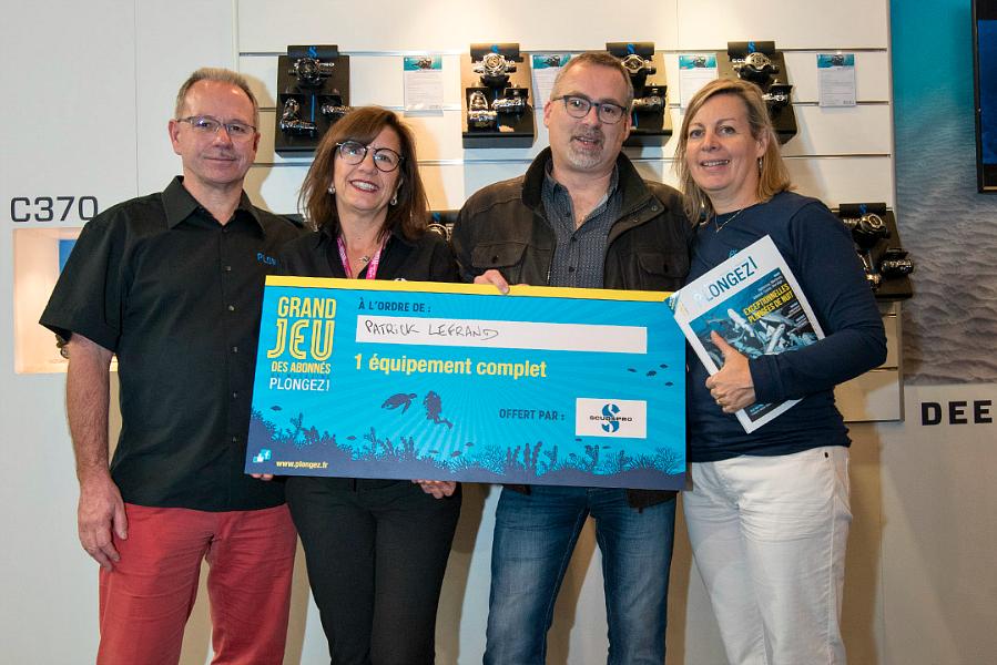 Grand Jeu des Abonnés : remise du lot offert par Scubapro à Patrice Lefrand. © Dominique Barray.