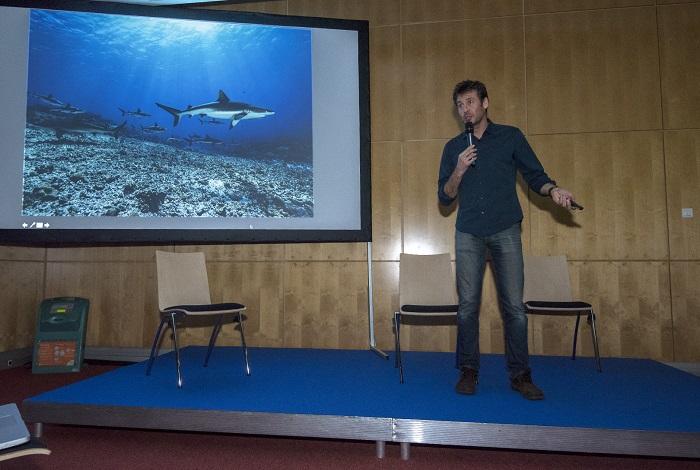 Laurent Ballesta pendant sa conférence sur 4 années d'expédition passées au milieu des 700 requins gris et des mérous dans la passe sud de Fakarava en Polynésie. © Dominique Barray