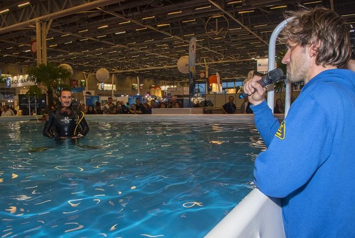 Le champion d'apnée Guillaume Néry commente la présentation du drone iBubble pendant sa démonstration dans la piscine du salon. © Dominique Barray