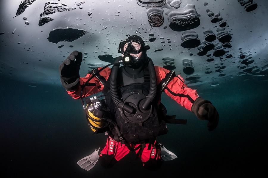 Alban Michon équipé pour résister au froid sous l'eau. La température peut atteindre -1,6°C. @ Andy Parant