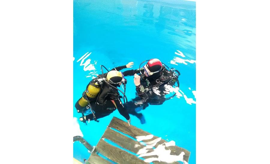 Premiers pas dans le monde de la plongée pour un des jeunes de l'association, encadré par Christophe Dechamps. ©DR