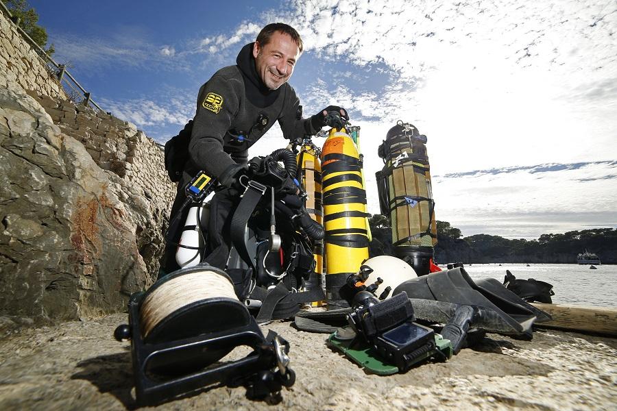 Fred Swierczynski et tout son équipement avant une plongée à Port Miou. ©Florian Launette
