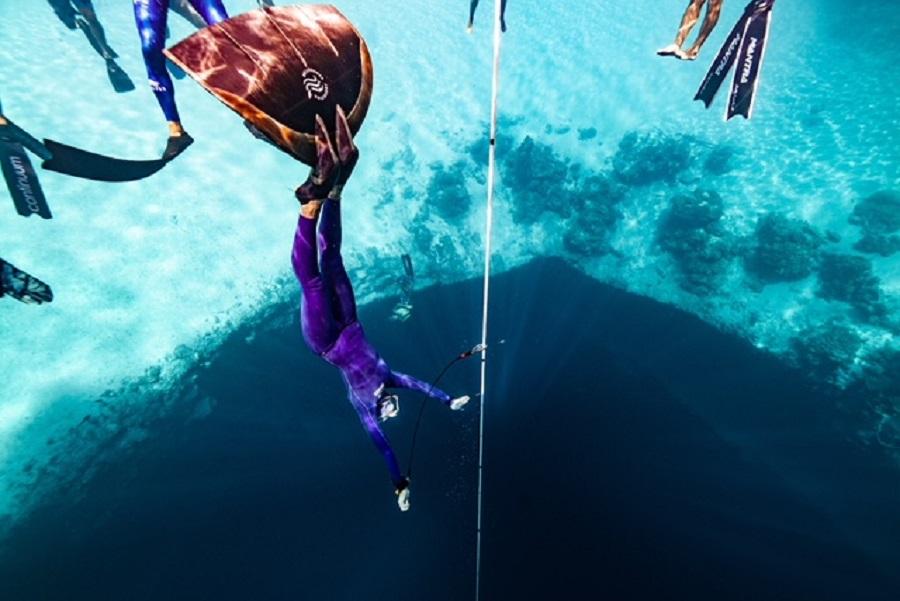 Alice Modolo lors d'une descente en poids constant monopalme. La compétition n'est pas terminée mais elle à déjà battu le record de France avec une profondeur de 86 mètres. © Daan Verhoeven