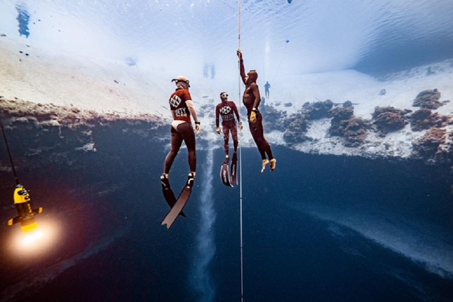 Thibault Guignès lors d'une remontée. Il a battu à deux reprises le record de France en immersion libre. © Daan Verhoeven