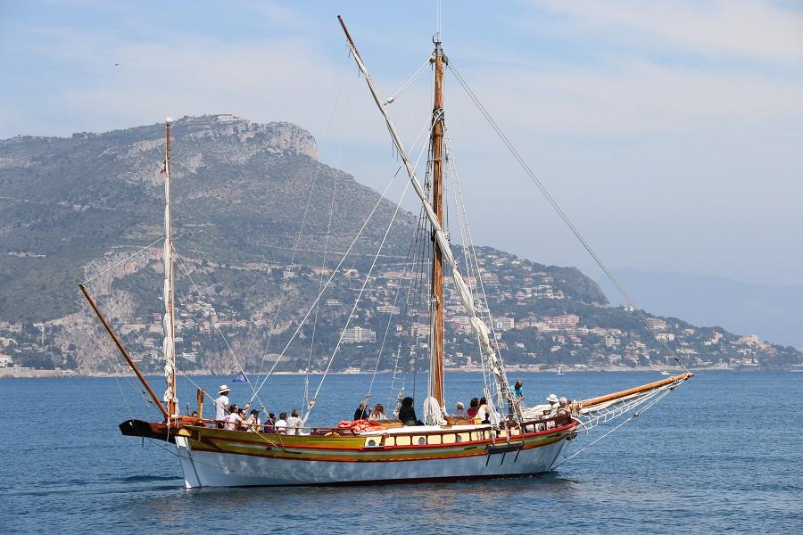 Le Santo-Sospir quitte le port de Saint-Jean-Cap-Ferrat pour une journée en mer. ©SOS Grand Bleu