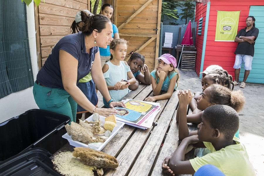 Un membre du Carbet des sciences explique aux écoliers l'importance de préserver la biodiversité. © Olivier Borde - Exploration de Monaco.