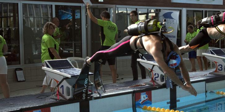 Plongeon durant une épreuve avec bloc sur le dos. © Julia Maz-Loumides