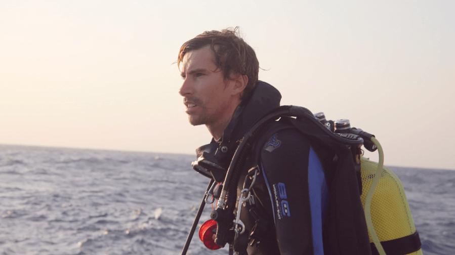 Le plongeur Steven Surina, qui voue sa vie à la défense des requins et qui a créé l'association Shark Education.