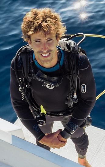 Steven Surina, expert en interaction avec les requins, sera le parrain du 22ème salon de la Plongée de Paris. ©DR