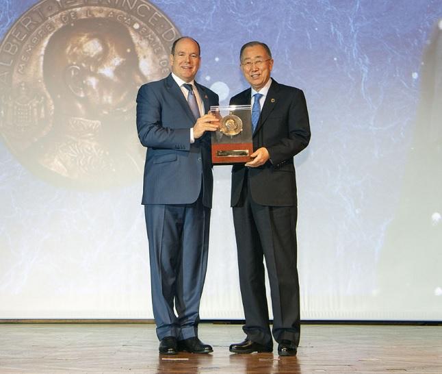 Le Prince Albert II avec Ban Ki-moon, lauréat de la Grande Médaille Albert Ier 2019, section médiation - © M Dagnino - Musée océanographique
