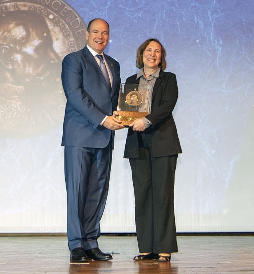 Le Prince Albert II avec Lisa Ann Levin, lauréate de la Grande Médaille Albert Ier 2019, section science- © M Dagnino - Musée océanographique