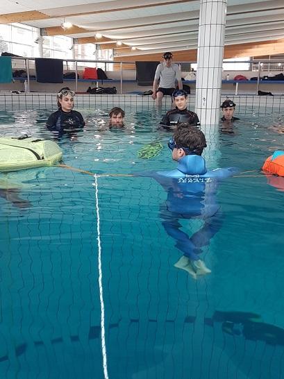 Briefing d'Arnaud Gerlad avant une première immersion dans les profondeur de la fosse. © AdventurePro