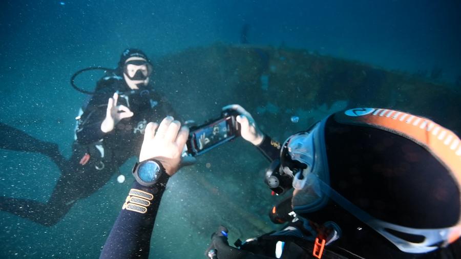 Prise en main très simple du caisson SeaTouch 2 pro sous l'eau.