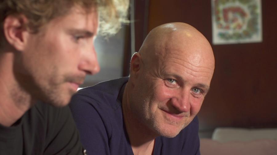 Le réalisateur Jan Kounen et Steven Surina pendant le tournage de Shark Wave.