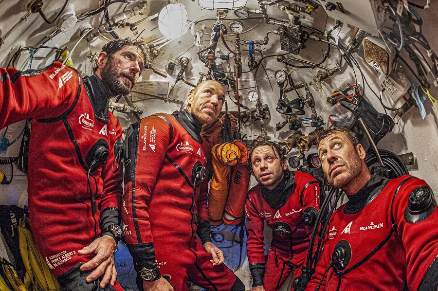 Retour dans la station de 5 m² après une plongée éprouvante pour les quatre équipiers. © Laurent Ballesta / Andromède océanologie, Gombessa 5.