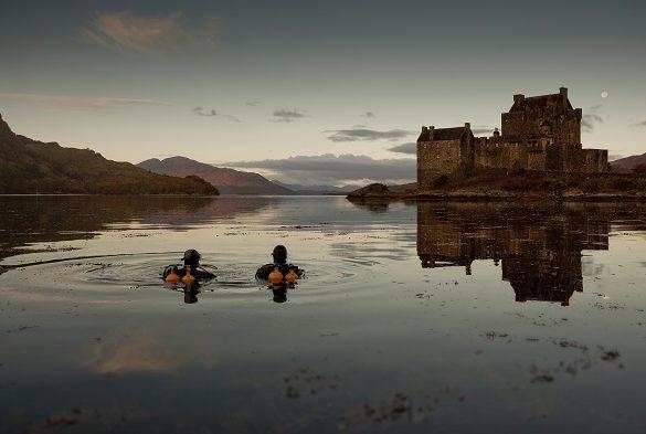 Plongée au bord du château Eilan Donan, dans le Loch Duich. © Visit Scotland