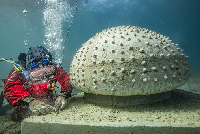 Immersion et installation des œuvres du musées subaquatique de Marseille au large de la plage des Catalans. © Wallis - Msm